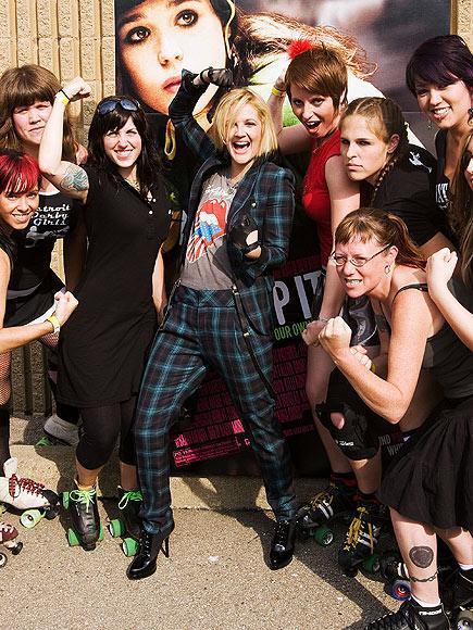 Rock-bohem stilin şık sentezi: Drew Barrymore - 16