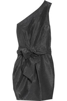 Balon elbiseler, etekler çok hoşuma gidiyor. Fakat bu tasarımları normal hayatta giymek biraz riskli geliyor. Öneriniz?  Karpuz kollu bluz giyip altına balon etek giymek belki biraz podyumlara özel. Fakat balon eteği 'basic' bir atletle ve ince minik bir hırkayla tamamlayarak günlük hayata adapte edebilirsiniz. Balon etekli bir elbise tercih ediyorsanız, yine üst kısmının sade olmasına özen gösterin. Gece içinse ipek, saten gibi kumaşları tercih edebilirsiniz. Mini bir elbiseyle bacaklarınızı ön plana çıkarabilir veya üst kısmı fiyonklu bir elbiseyle ilgiyi yüzünüze çekebilirsiniz. Sezonun favori rengi pudra gündüz olduğu kadar gece için de çok hoş bir seçim.