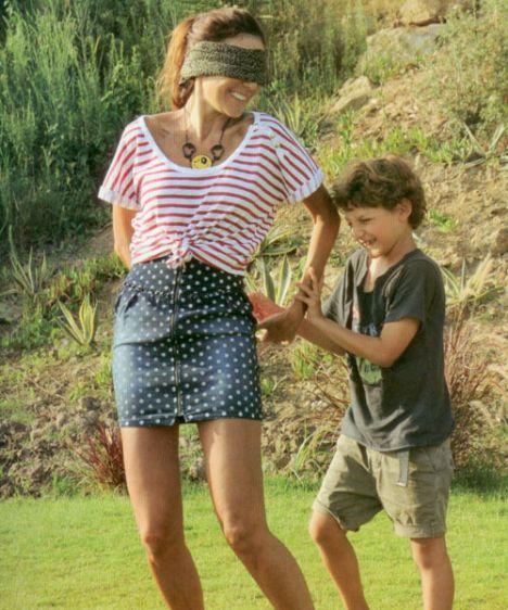 Sokağa çıkamadıkları zaman evlerinin bahçesinde vakit geçiren anne-oğul, körebe ve saklambaç oynamayı çok seviyor.