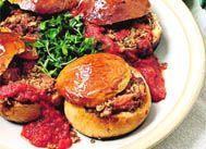 Etli ekmek dolması   Malzemeler:  1 bayat çavdar ekmeği, 500 gr kuşbaşı kuzu eti, 2 kahve fincanı sıcak su,  6 taze soğan, 1 kahve fincanı zeytinyağı, 2 diş sarımsak, 1 tatlı kaşığı domates salçası, 1 demet maydanoz veya dereotu, tuz, karabiber, kırmızı pul biber  Hazırlanışı:  Ekmeğin bir ucunu keserek kapak şeklinde açın. Kaşık yardımıyla içini çıkarıp bir kaba ufalayın. Taze soğanları temizleyip kıyın. Sarımsakları soyup ezin. Dereotu veya maydanozu temizleyip kıyın. Kuşbaşı eti tencereye alın. 1 fincan su ilave ederek suyunu çekinceye kadar pişirin. 1 fincan su daha ekleyip kapağı kapalı olarak pişirin. Gerekirse 1 fincandan fazla olmamak kaydıyla su ekleyip pişirmeye devam edin. Et suyunu çekince tencereyi ocaktan indirin. Geniş bir tavada zeytinyağını ısıtın. Taze soğanları ekleyip hafif sarartın. Ekmek içi, sarımsak, salça, tuz ve baharatları ekleyip 2-3 dakika kavurun. Kuşbaşı et, dereotu veya maydanozu ilave edip karıştırın ve tavayı ocaktan alın. İç malzemeyi bir kaşıkla hiç boşluk bırakmayacak şekilde ekmeğin içine doldurun. Çıkardığınız kapağı ağzına kapatın. Büyük bir tencereye ısıya dayanıklı bir kâseyi ters yerleştirin. Ekmeği kâsenin üzerine oturtun. Kâsenin seviyesini geçmeyecek kadar su ekleyin. Kapağı kapalı olarak orta ateşte 15-20 dakika pişirin. Ekmeği tencereden alıp dilimleyerek servis yapın.