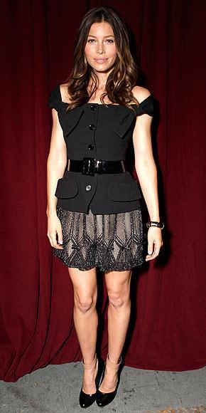İşinin gerektirdiği gösterişli giysilerin aksine, Jessica Biel'in kişisel yaşamında tercih ettiği giysiler çok sade ve gösterişten uzak.  Dior