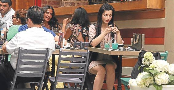 Nişantaşı Hardal'da önceki gün keyif yapan 'Küçük Sırlar' dizisinin oyuncusu Merve Boluğur, mekanda arkadaşıyla 1.5 saat oturdu ve kokteyl içti.