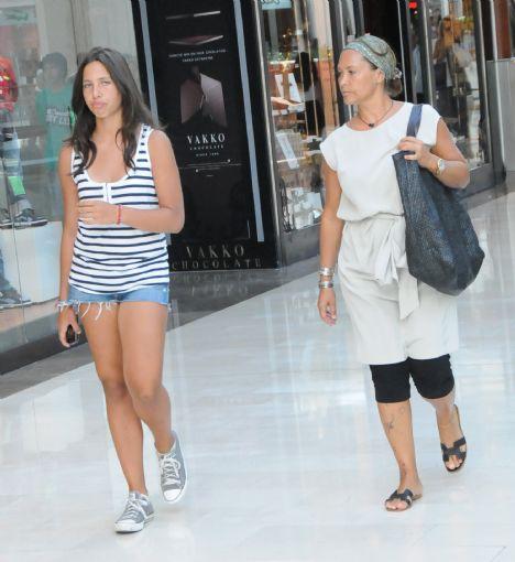 Uzun yaz tatilini bitiren Hülya Avşar İstanbul'a döndü. Gelir gelmez de neredeyse ikinci adresi olan İstinye Park'a uğradı. Kızı Zehra ile alış veriş merkezine giren Hülya Avşar mağazaları gezip vitrinlere baktı.
