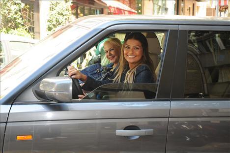 BİNNAZ VE SUZAN AVCI Bir dönemin vamp kadını Suzan Avcı yine oyuncu kızı Binnaz ile birlikte Nişantaşı'a alışverişe geldi. Alış veriş çıkışı arabalarında görüntüldeğimiz ana-kız, birlikte geçirdikleri güzel günün keyfi ile evlerinin yolunu tuttular