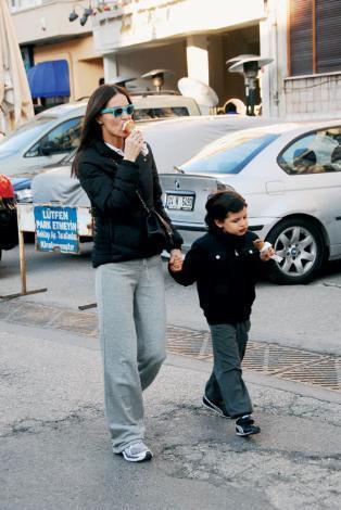 """Ebru Şallı Tan, ikinci çocuğuna 8 aylık hamile. İlki gibi o da erkek olacak. 6 yaşındaki Beren'i """"Bero"""" diye çağırıyor. Bero, 2 yaşından beri tenis oynuyor. Şallı, """"Birlikte pilates de yapıyoruz. Ona çocuk pilatesi yaptırıyorum"""" diyor."""