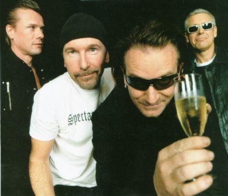 """Solist Bono mu, aktivist Bono mu daha başarılı... BONO: Orasını bilmiyorum, ölçülemez ki. Aktivist olarak başarılı olmamın bir tek sebebi var o da U2 üyesi olmam. Bütün o devlet başkanlarının beni kabul etmesinin nedeni bu. Bana bu çalışma platformunu hazırlayan U2. Ben bir siyasiyle ile görüşmeye gidiyorsam, beni kabul etmelerinin sebebi, yakınlarındaki bir stadyuma on binlerce insanı toplayabileceğimizi bilmeleri. Biz bu gücü nereden alıyoruz? İzleyicimizden...  U2'nun diğer üyeleri """"Dünyayı kurtarmayı bırak da, müziğe konsantre ol!"""" filan diyorlar mı? ADAM: Biz hepimiz politik geçmişi olan insanlarız. Rock dediğin şey de politik bir duruştan kaynaklanır. Tam tersine Bono'yu destekliyoruz."""