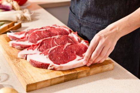 Yağsız et Yemeğin içinde et olması tokluk hissini arttırıyor. Ayrıca ette ve balıkta bol bulunan 'lösin' adındaki amino asit, kaslarınızın kalori harcamasını kolaylaştırıyor. Bu nedenle günde 100-150 gram kadar yağsız et içeren düşük kalorili diyetler, et içermeyenlere oranla daha fazla kilo vermenizi sağlıyor. Bu diyetlerle kaslardan değil, yağlardan kilo kaybediyorsunuz. Etlerin yağsız olması tabii ki önemli. Yemeklerinizi yağsız kıyma ya da yağsız et ile pişirin ama et ya da kıymayı yağda kavurmayın!