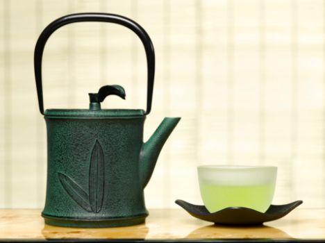 Yeşil çay Yeşil çay en iyi zayıflama yardımcılarından biri. Yeşil çayda, faydayı sağlayan kafein değil, kateşinler adı verilen ve metabolizmayı hızlandırarak yağ yakımını arttıran antioksidanlar. Yeşil çay aynı zamanda, LDL (kötü) kolesterolü de düşürmeye yardımcı oluyor. Günde 1-2 fincan yeşil çay içmek, zayıflamanıza yardımcı oluyor. Aman dikkat, içine şeker atmak yok! Bir de uyarı: Yeşil çayda, yüksek oranda kafein var. Bu, hassas kişilerde çarpıntı yapabiliyor ve gece içildiğinde uykuyu kaçırabiliyor.