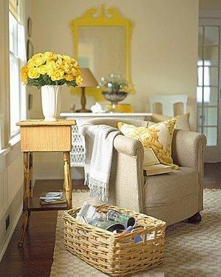 Safran sarısı & Beyaz  Aslında bu sıralar çok moda olan shaker stili ile inanılmaz bütünleşen safran sarısı ile beyazın muhteşem uyumu mekânlardaki country ruhunu ön plana çıkarıyor. Ahşap ve hasır renklerini bu rengin ton kartelasına katabilirsiniz. Evinizde en kusursuz uygulayabileceğiniz alan ise yatak odanız olabilir…  Yatak örtüleri ve mobilyalar ile sizi başka alemlerde uyuyup uyandıracak bu huzur dolu renkler ile kendinizi farklı boyutta hissedeceksiniz.  Mahmure Dekorasyon Editörü: Gözde Tura