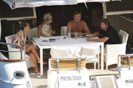 Nail-Tülay, Ebru, Serkan Danyal Bodrum Princess Otel'in sahibi Nail Danyal eşi Tülay kızı Ebru ve oğlu Serkan Danyal ile Bodrum'da tatil yapıyor. Nail Danyal teknesi ile çıktığı turda tüm ailsenin birarada olmasını kutladı.
