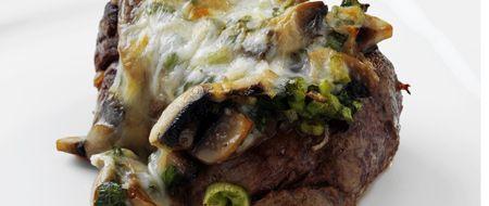 Mantarlı biftek   Malzemeler:  4 adet dana bonfile (her biri 175 gr), 80 gr tereyağı, 5 sap maydanoz (iri doğranmış),  250 gr mantar (dilimlenmiş),  8 adet taze soğan (ince doğranmış),  bir tutam muskat,  100 gr mozzarella peyniri (rendelenmiş),  tuz, tane karabiber (arzu edilen miktarda, dövülmüş).   Hazırlanışı:   Tereyağının yarısını ısıtıp, maydanoz, mantar, taze soğan ve muskatı ekleyin. Hızlı ateşte, mantarlar hafif yumuşayıncaya kadar, yaklaşık 4 dk soteleyin. Tuz ve karabiber serpip, tavadan alın.  Aynı tavada kalan tereyağını ısıtıp, etleri yerleştirin. Her iki yüzlerini, hızlı ateşte 4`er dk pişirin ve bir fırın kabına alın. Mantarlı karışımı etlerin üzerine paylaştırıp, peynir serpin. Önceden ısıtılmış 180C fırının ızgara konumunda, peynirler eriyinceye kadar, yaklaşık 4-5 dk pişirin. Sıcak servis yapın.