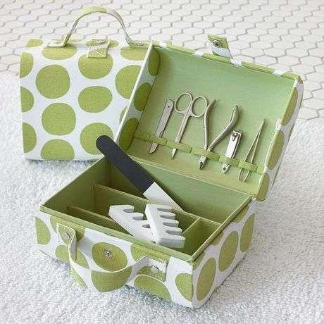 Seçeceğiniz desenli bir kutuyu manikür çantası olarak kullanabilirsiniz.