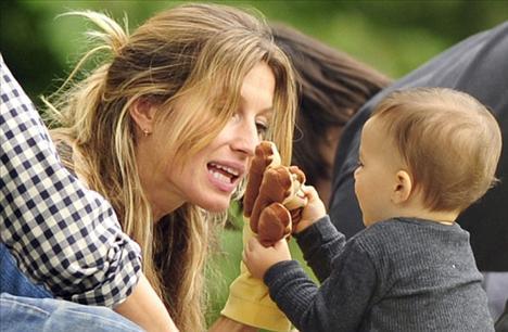 Gisele ve 10 aylık oğlu parkta eğlenceli bir gün geçirdi.