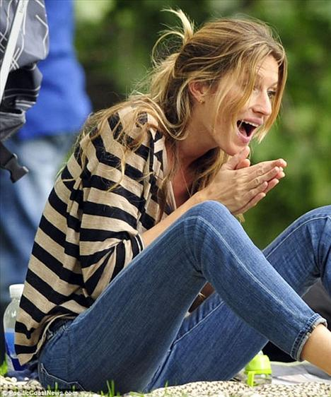 Gisele Bündchen oğlu Benjamin'i eğlendirebilmek için çeşitli komik ifadeler takındı.