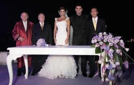 Çiftin nikah şahitleri Aziz Yıldırım ve Ali Koçtu.