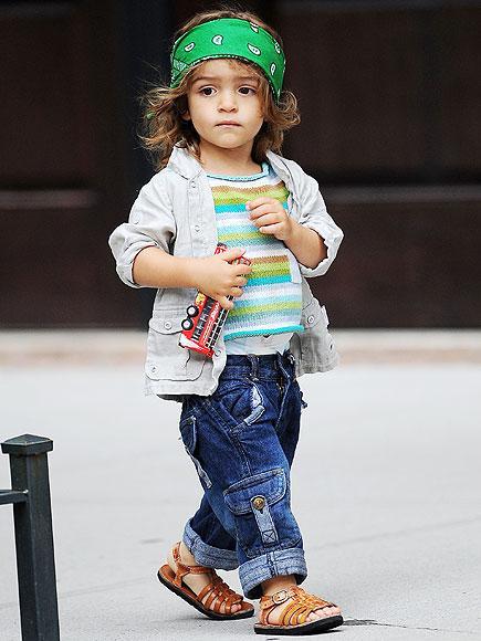 Levi Mcconaughey  Yaşındaki yakışıklı aktör Matthew McConaughey'nin 4 yaşındaki oğlu, bandanaları ve salaş giyimiyle tıpkı babasını andırıyor.