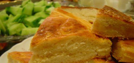 Karper peynirli börek   Malzemeler:     1.5 su bardağı un,    2 çorba kaşığı sıvıyağ,    Yarım paket kabartma tozu,    1 su bardağı su,    Tuz. İç malzeme:    4 patates,    12 karper peynir,    4 dal maydanoz,    3 dal taze soğan,    1 çorba kaşığı sıvıyağ,    tuz,    karabiber. Üzeri için:    1 yumurta sarısı,    1 tatlı kaşığı su.  Hazırlanışı:  Un, sıvıyağ, kabartma tozu, 1 tutam tuz ve suyu çukur bir kapta karıştırıp yoğurun. Hamuru top şeklinde kapatıp üzerini nemli bir bezle örtün ve 30 dakika dinlendirin. Patatesleri soyup haşlayın ve püre haline getirin. Maydanoz ve taze soğanı yıkayıp kıyın. Sıvıyağ, tuz ve karabiberle birlikte püreye ekleyip karıştırın. Hamurun üçte ikisini ayırıp merdaneyle kalıptan biraz büyük olacak şekilde açın. Kalıbı yağlayıp hamuru içine yerleştirin. Üzerine püreli karışımı yayıp karper peynirleri yerleştirin. Kalan hamuru kalıp büyüklüğünde açıp peynirlerin üzerine kapatın. Alttaki hamurun taşan kenarlarını içe doğru kıvırın. Yumurta sarısını su ile çırpıp böreğin üzerine sürün. Önceden ısıtılmış 200 dereceye ayarlı fırında pişirin. Sıcak servis yapın.