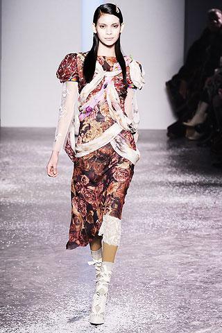 Matadorların gösterişli giysilerinden ilham alan tasarımcılar, bu çarpıcı görünümü feminen modaya adapte ediyorlar.
