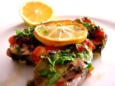 Fırında palamut   Malzemeler:   2 adet palamut balığı, 3 adet domates, 3 adet çarliston biber, 2 çorba kaşığı margarin, tuz, kekik.   Hazırlanışı:  Palamutları temizleyip, yuvarlak olarak ince kesin. Tuzlayıp, biberleyin; fırın tepsisine dizin. Domatesleri rendeleyip balıkların üzerine dökün. Kekiği, biberi, yağı koyup, fırında 20-30 dakika pişirin.