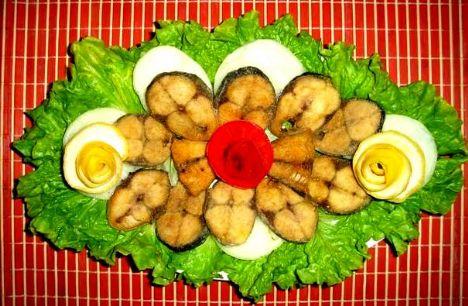 Palamut tava  Malzemeler:  2 adet palamut, 1 kase mısır unu, tuz, mısırözü yağı.  Hazırlanışı:  Balıkları temizleyin, yıkayın ve iki parmak kalınlığında halka halka kesin. Tuzlayın ve düz bir zemine unu yayın. Balıkların her tarafını unlayın. Tavaya bir miktar yağ koyun, kızdıktan sonra balıkları atın ve her iki yüzü kızartın. Yanında rokalı salatayla birlikte servis yapın.