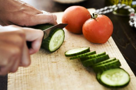 Öğlen 1 kâse zeytinyağlı karışık sebze yemeği 1 dilim yulaf ekmeği, kabuksuz domates ve kabuksuz salatalık  Ara 1 su bardağı taze sıkılmış elma suyu