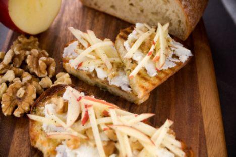 3. GÜN Kahvaltı 1 yemek kaşığı tulum peynirini 1 yemek kaşığı iri dövülmüş ceviz ile karıştırın 1 dilim kepekli ekmek Bolca domates  Ara 1 dilim karpuz ya da kavun