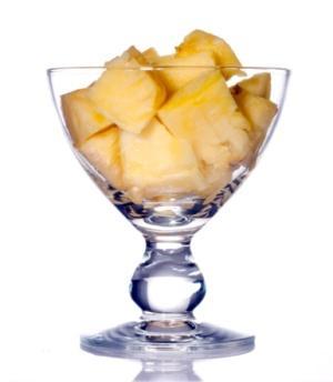 Ananasla  sıkılaşın Ananas kırışıklıklara yol açan kolejen hasarını önleyen bir meyve. Donuk bir cilt tonunuz varsa, kahvaltınıza ananas dilimlerini ekleyin. Bir süre sonra ışıldadığınızı herkes farkedecek. -Taylan Kümeli, Diyet ve Beslenme Uzmanı