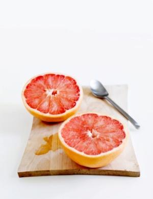 """İçmek yerine çiğneyin """"Greyfurt ve salatalık gibi meyve ve sebzelerin içindeki su, hücrelere içtiğiniz sudan daha iyi ulaşıyor. Günde 3 porsiyon meyve ve beş porsiyon sebze tüketmeye çalışın."""" -Howard Murad, Dermatolag"""