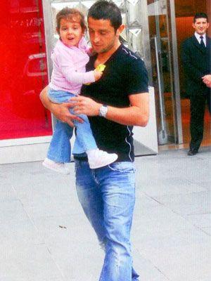 Beşiktaş'ın yıldız futbolcusu Nihat Kahveci de küçük kızı Selin ile birlikte IstinyePark'a gelip eşiyle buluştu. Daha sonra aile birlikte alışveriş yaptı (üstte sağda). Beşiktaş'ın yıldız futbolcusu Nihat Kahveci de küçük kızı Selin ile birlikte IstinyePark'a gelip eşiyle buluştu. Daha sonra aile birlikte alışveriş yaptı.