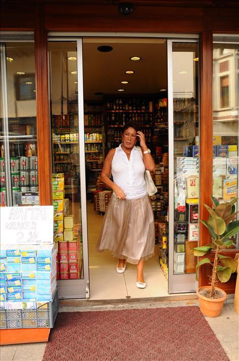 Doğumgünü Amerika'daki evinde kutlayavcak olan Ahu Hanım, yolculuk öncesii Bebek'te alışveriş yaptı. New York'da bulmadığı gıda maddelerini satın alan Ahu Hanım, lükslerinden de asla vaz geçmiyor.