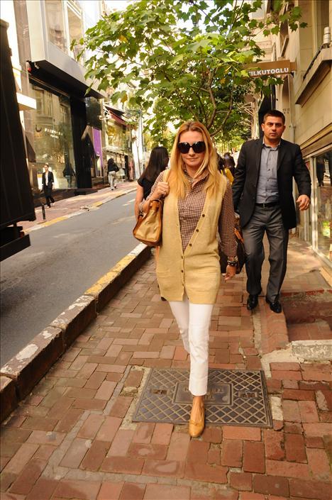 Melis Murathanoğlu Uzun bir süredir Bodrum'da sevglisi Osman Merzeci ile tatil yapan Melis Murathanoğlu, nihayet İstanbul'a döndü. Bir dergi için poz veren Melis Hanım, yorgunluk atmak için Beymen cafeye giderek soluklandı.