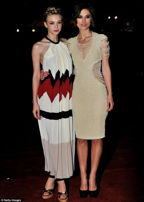 Never Let Me Go filminin barşol oyuncuları Keira Knightley ve Carey Mulligan