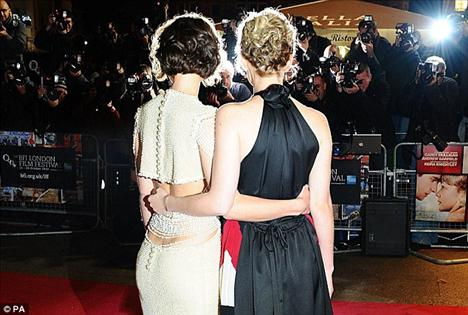 Never Let Me Go filminin barşol oyuncuları Keira Knightley ve Carey Mulligan.