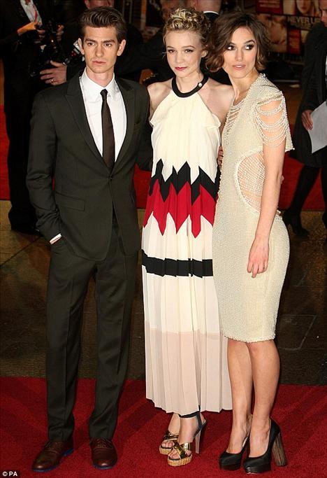 Never Let Me Go filminin barşol oyuncuları Keira Knightley ve Carey Mulligan, rol arkadaşları Andrew Garfield ile birlikte.