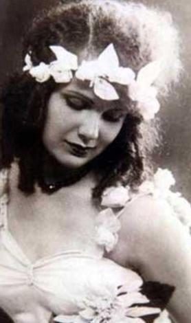 İLK TÜRKİYE GÜZELİ   Güzellik yarışmalarının tarihindeki yolculuğumuza ilk Türkiye güzeli ile başlayalım. Cumhuriyet gazetesinde yayınlanan ilana epey başvuru yapıldı. Bir çok fotoğraf gönderildi. İlk eleme de halkın oylarıyla yapıldı.