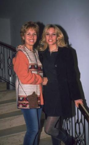 ANNE İLE KIZININ KADERİ AYNI OLDU  Bu fotoğraftaki anne ile kızı tam 20 yıl arayla Türkiye güzeli yarışmasına katıldı ve ikisi de aynı dereceyi yani dördüncülüğü elde etti...