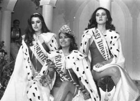 1982'de bir gazetenin düzenlediği güzellik yarışmasında birinci seçildi Avşar. Ama sonra evlenip boşandığı yani yarışmanın önemli bir kuralını ihlal ettiği ortaya çıktı.