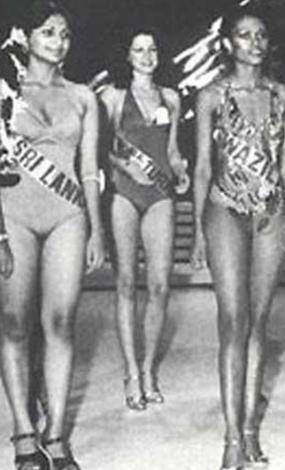 1977 Türkiye güzeli Kamer Bulutöte (ortada)