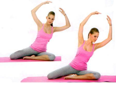 DENİZKIZI  Sol bacağınız önde, sağ bacağınız arkada yere oturun. Dirseklerinizi bükerek kollarınızı basınızın üzerine uzatın ve sola doğru eğilin.  Sonrasında gövdenizi belinizden çevirerek omuzlarınızı ve göğsünüzü yere doğru esnetin. Göğsünüzü ve omuzlarınızı tekrar yukarı çevirerek başlangıç pozisyonuna gelin.   •Her iki yöne de üçer kez egzersizi tekrarlayın. Özellikle egzersiz sonlarında yapacağınız bu hareket tüm vücudunuzu esnet yarıyor.