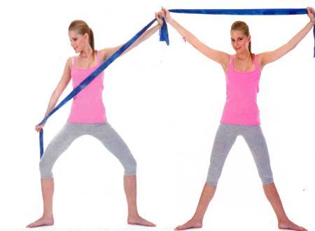 BİR SAĞA - BİR SOLA REVERANS Bacaklarınızı genişçe açın. Ayaklarınızı ve bacaklarınızı dışa döndürün. Esnek bandın uçlarından ellerinizle tutun ve kollarınızı başınızın üzerinden havaya kaldırarak bir X oluşturun  Dizlerinizi bükerek alçalırken, gövdenizi de sağa döndürün ve aynı anda sağ elinizi sağ bacağınıza yaklaştırarak bandı gerin. Bacakları düzleştirerek başlangıç pozisyonuna gelin. Aynı şekilde hareketi sola doğru tekrarlayın. Bu bir turdu.   •Bunun gibi 6 tur yapın. Omuzları, sırtı, kalçayı, karnı ve bacakları çalıştırır.