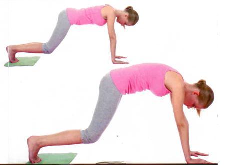 """KAYARAK ESNEME Bu egzersizi halısız bir alanda yapmanız gerekiyor. Ayaklarınızın altına bir havlu alın ya da kayabilmek için çorap giyin. Ellerinizi omuz hizasında yere koyun, ayak parmak uçlarını da yere koyarak masa pozisyonu alın. Dizlerinizi yerden kaldırın, karnınızı içeri çekerek sırtınızı hafifçe yuvarlayın, başınızı indirin.   Gövdenizi sabit tutarak havlunun (ya da çoraplarınızın) yardımıyla geriye doğru ayaklarınızın ön kısmının üzerinde 10-15 santimetre kadar kayın. Aynı anda sırtınızı yuvarlayın. Sonrasında karın kaslarınızın yardımıyla ayaklarınızı öne kaydırarak başlangıç pozisyonuna gelin.   •Dizlerinizin pozisyonunu bozmadan 8-20 tekrar yapın. Karın kaslarını, omuzları ve bacak kaslarını çalıştırır.  <a href= http://foto.mahmure.com/saglik/meme-kanserinden-korunmanin-puf-noktalari_37431 style=""""color:red; font:bold 11pt arial; text-decoration:none;""""  target=""""_blank""""> Meme Kanserinden Korunmanın Püf Noktaları!"""