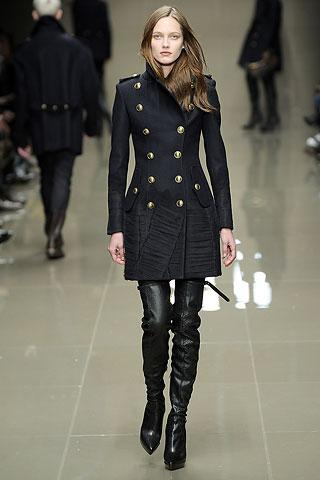 Altın rengi düğmeli, siyah palto.