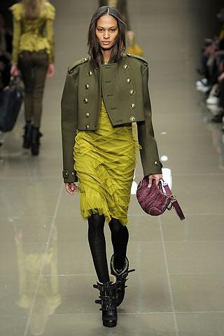 Yeşil kısa ceket üzerinde altın rengi düğmeler.