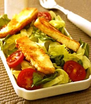 Kızarmış hellim peynirli salata  Malzemeler:     Yarım göbek marul,     8 kiraz domates,     Yarım demet roka,    150 gr hellim peyniri,     4 yemek kaşığı zeytinyağı,     Yarım limonun suyu,     Tuz.  Hazırlanışı:  Marul ve roka yapraklarını bol suyla yıkayın. Suyunun süzülmesi için süzgece alın. Suyu süzülünce iri parçalar halinde doğrayıp servis tabağına alın. Kiraz domatesleri ortadan ikiye bölerek aralara yerleştirin. Tereyağını tavaya alıp eritin. Hellim peynirini 1 cm kalınlığında dilimleyerek tavaya dizin ve her iki tarafına da hafifçe kızartın. Kızarmış peynir dilimlerini salatanın üzerine dizin. Limonun suyunu sıkıp zeytinyağı ile karıştırın. Tuz ekleyip sosu salatanın üzerine gezdirerek dökün.