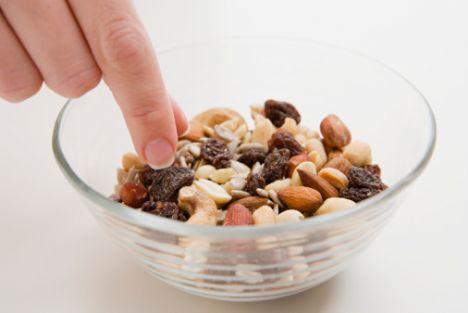 4.Yağlı yiyeceklerden uzak durulmalıdır. Özellikle katı yağ olarak bilinen tereyağı, margarin tüketiminden kaçınılmalıdır. Yemeklere eklenecek zeytinyağı ve sıvı yağlar dikkatli tüketilmelidir. Fındık, ceviz, badem gibi yağlı tohumlar, sıvı yağlar, kuru baklagiller, tahin gibi besinler E vitamini yönünden zengindir. Balık, balık yağı, fındık ve cevizde bulunan omega-3 yağ asitleri güçlü bir antioksidandır ve bağışıklık sisteminin güçlenmesinde etkilidir. Ayrıca zeytinyağı, fındık yağı gibi yağlarda bulunan omega-9 yağ asitlerinin de bağışıklık sistemimiz üzerine olumlu etkileri vardır.