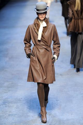 Bir zamanların asker üniforması olan trençkot, şimdi ise moda ikonlarının ve şık bayanların bir numaralı stil objesi…Hermés