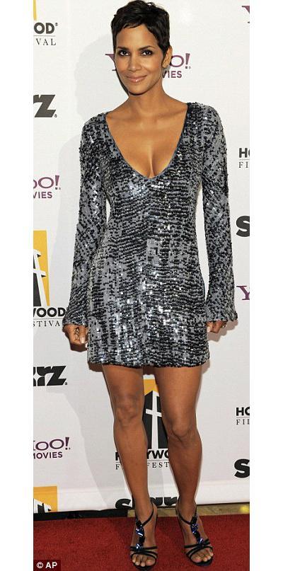 Derin göğüs dekolteli mini elbisesiyle Halle Berry, kırmızı halıda en çok dikkat çeken ünlüydü.