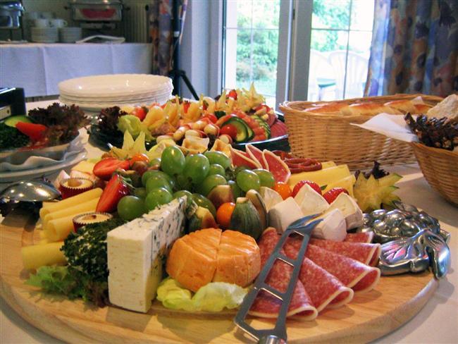 ALMANYA 3700 kalori İsim: Robina Weiser - Linnartz, Yaş: 28 Boy: 1.68, Kilo: 65 kg Meslek: Fırın sahibi ve konfeksiyoncu  BİR GÜNLÜK BESLENME PROGRAMI (Mart ayı)  KAHVALTI Ballı ceviz toplan (17 gr), 1 yemek kaşığı otlu Tomy Gourmet-Remoualde mayonez, kruvasan (70 gr), muz (135 gr), Danone Actimel prebiyotik içecek (95 gr)   ÖĞLE YEMEĞİ Tam buğdaylı ekmek (90 gr), bal (35 gr), Baloney sosisi (220 gr), Lachsschinken domuz pastırması (17 gr), 2 çay kaşığı Thomy Delikatess-Senf hardal, 1 yemek kaşığı Thomy Gourmet-Remaoulade otlu mayonez   AKŞAM YEMEĞİ Ev yapımı Bolonez sosu (20 gr) Radiatori makarna (250 gr)   ARA ÖĞÜNLER Elma ve üzüm suyu (1.5 lt), Hohes C portakal suyu (250 ml), Schloss Veldenze üzüm suyu (250 ml), Belsing elma suyu (200 ml), organik meyve çayı (300 ml), 1 adet Wrigley's sakız