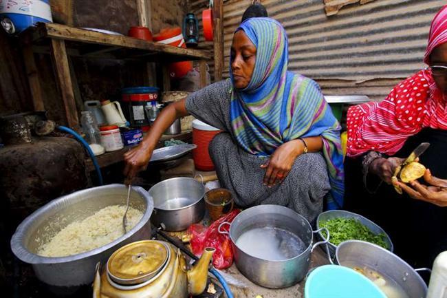 YEMEN 2700 kalori İsim: Saada Haidar, Yaş: 27 Boy: 1.50, Kilo: 44.5 kg Meslek: Ev kadını  BİR GÜNLÜK BESLENME PROGRAMI (Nisan ayı)   SABAH ERKENDEN Kahve çekirdeğinin kabuğundan hazırlanan çaya benzer tatlı kahve çeşidi Qishir (120 ml)   KAHVALTI Soğan, domates ve biberle hazırlanan fava tohumundan Ful (160 gr), buğday unlu Khubz ekmeği (100 gr), 1 çay kaşığı şeker ilave edilmiş siyah çay (100 ml)   ARA ÖĞÜN Khubz ekmeği (50 gr), tahin (25 gr), koyun peyniri (25 gr) ÖĞLE YEMEĞİ Acı biber, patlıcan, koyun eti, domatesle pişirilen Saltah (250 gr), kimyon ve kakuleli pilav (300 gr), taze domates püresi (125 gr), tadı keki andıran Lahuuh ekmeği (160 gr), salatalık, soğan, havuç, domates, kişniş, maydanoz ve limon suyu salatası (165 gr), yeşil soğan (35 gr), beyaz turp (50 gr), kaymaklı süt ilave edilmiş siyah çay (100 ml)   AKŞAM YEMEĞİ Domates ve soğanlı omlet (95 gr), tahıllı Maluuj ekmeği (140 gr), 1 çay kaşığı şeker ilave edilmiş siyah çay (100 ml) ARA ÖĞÜNLER Mango (250 gr), muz (100 gr), kavun (85 gr), tadı ve sulu kavun (90 gr), papaya (120 gr), mercimekten yapılan Qafuu'a ekmeği (120 gr)