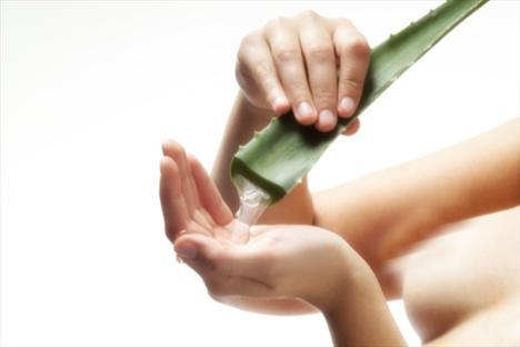E Vitamini Ne işe yarıyor?  •Yağda çözünen bir vitamin olan E vitamini, kremlerde kullanıldığında kuru ve çatlamış cildi onarır.  •Cildi UVB tahribatından koruduğu için güneş kremlerinde de sıkça kullanılır.  •Doğru miktarda alınacak E vitamini, serbest radikallerin verdiği zararların azaltılmasına yardımcı olur. Bağışıklık sistemini güçlendirir.